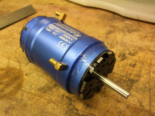 This soda can-sized motor for 1/5 scale R/C boats can output several thousand watts of power — but it spins at over 20,000rpm to do so.